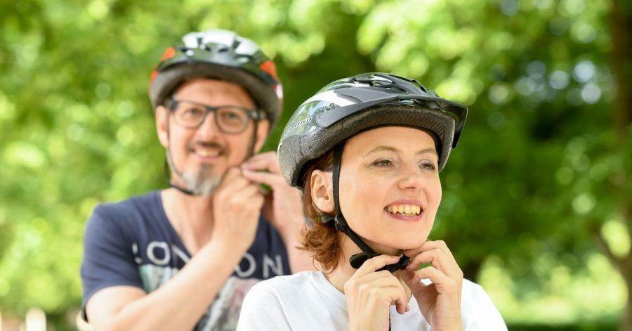 Radeln ohne Reue: Ein Fahrradhelm kann vor schweren Kopfverletzungen schützen, eine Pflicht zum Tragen gibt es allerdings noch nicht.