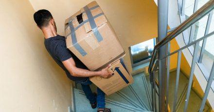 Wer Lasten schleppt, sollte sie möglichst nah am Körper tragen und ruckartige Bewegungen vermeiden.