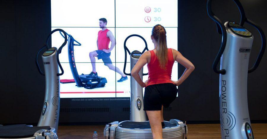 Das Training mit einer Vibrationsplatte lässt sich im Fitnessstudio ausprobieren. Wenn man einige Übungen korrekt erlernt hat, lohnt sich auch die Investition daheim.