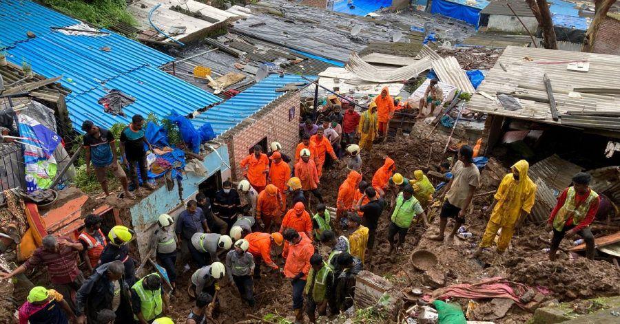 Rettungskräfte sind nach dem Einsturz mehrerer Häuser im Einsatz.