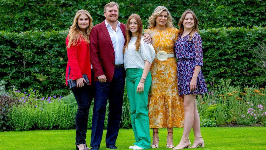 König Willem-Alexander mit seinem Töchtern und Ehefrau Máxima. (jom/spot)