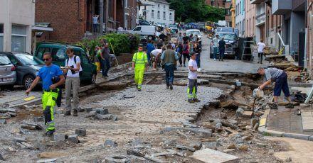 Trümmer liegen auf der zerstörte Straße Rue Andre Sodar in der Nähe eines Bahnübergangs im Stadtzentrum von Dinant.