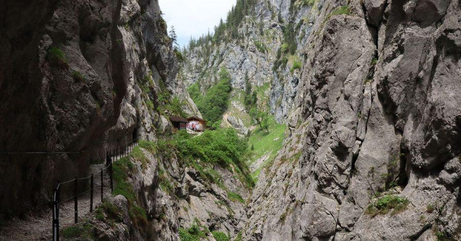 Die Höllentalklamm liegt am Fuße des Zugspitzmassivs und ist bereits eine Attraktion für sich.