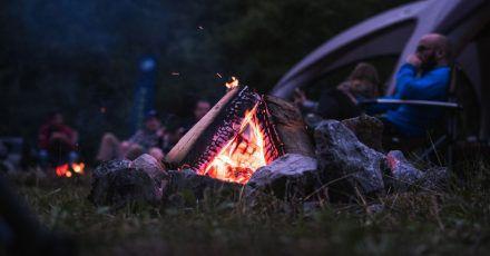 Gemütlich prasselt das Feuer: Im Adventure Camp soll es auch um ein Gefühl von Wildnis und Abenteuer gehen - mitten in Deutschland.