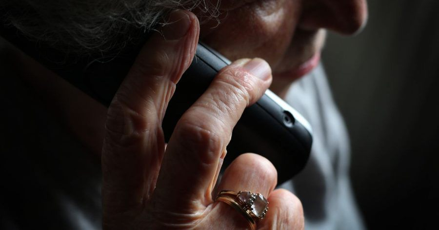 Eine ältere Frau telefoniert mit einem schnurlosen Festnetztelefon. Viele ältere Menschen fallen immer wieder auf den sogenannten Enkeltrick herein.