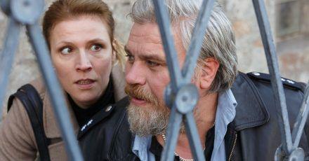 Vorsicht Scharfschütze! Koops (Aljoscha Stadelmann) und die Personenschützerin Claudia Böhm (Franziska Weisz) gehen in Deckung.