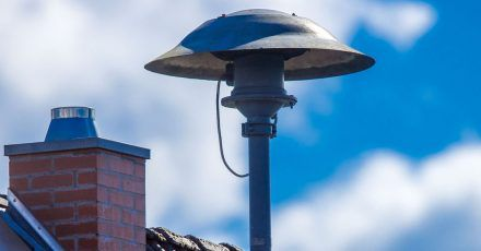 Eine Alarmsirene steht auf einem Hausdach. Eine große Mehrheit der Deutschen hält Sirenen für ein geeignetes Mittel, um Menschen vor Katastrophen zu warnen.