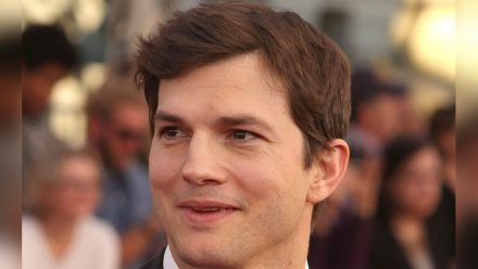 Ashton Kutcher sollte mit Richard Bransons Weltraumflugzeug ins All fliegen. (nra/spot)