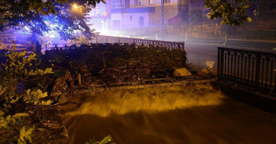 Holz und Geröll hat die Kirnitzsch auf einer Brücke angespühlt. Extreme Regenfälle von teils mehr als 100 Litern pro Quadratmeter innerhalb von 24 Stunden haben am Samstag in der Sächsischen Schweiz zu Überflutungen geführt.