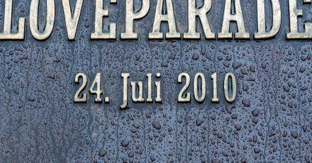Eine Gedenkplatte für das Loveparade-Unglück.