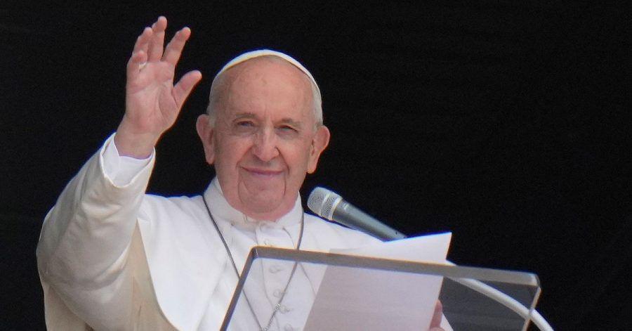 Papst Franziskus grüßt aus dem Fenster seines Ateliers mit Blick auf den Petersplatz, während er das Angelus-Gebet spricht. Nach seiner Darmoperation wird Papst Franziskus weiter beobachtet. Am Mittwoch habe er leichtes Fieber gehabt, teilte ein Vatikan-Sprecher mit.