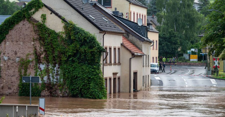 Die Kyll ist in Erdorf über die Ufer getreten: Besonders im Westen von Deutschland sorgen starke Regenfälle für Chaos.