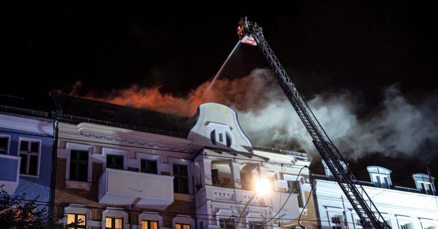 Die Berliner Feuerwehr löscht das Feuer in einem Wohngebäude an der Prenzlauer Promenade in Berlin-Pankow.