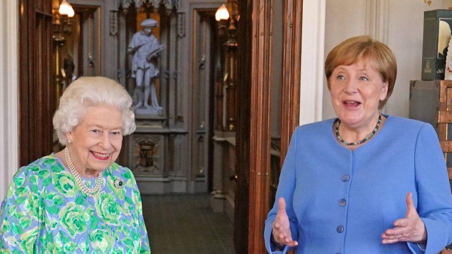 Mächtige Frauen unter sich: Queen Elizabeth II. (l.) und Angela Merkel. (stk/spot)