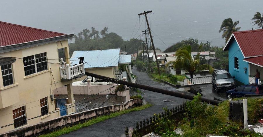 Ein vom Hurrikan Elsa umgestürzter Strommast lehnt an der Kante eines Wohnbalkons in Cedar Hills, St. Vincent. Elsa verstärkte sich zum ersten Hurrikan der Atlantiksaison.