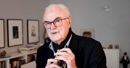 F.C. Gundlach mit einer vergoldeten Leica.