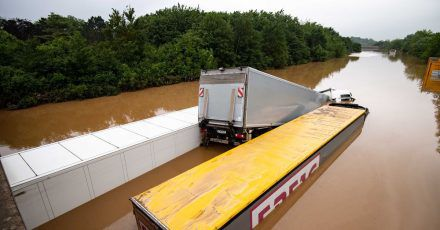 Lastwagen sind auf der überfluteten Bundesstraße 265 ineinander verkeilt.