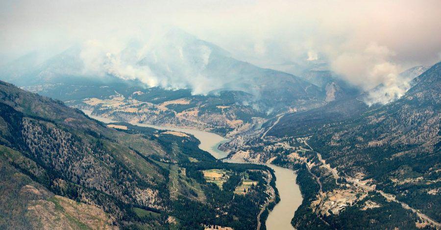 Wälder in den Bergen nördlich von Lytton brennen.