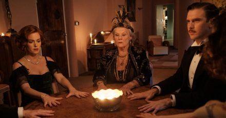 Geisterbeschwörung:Ruth Condomine (Isla Fisher l-r), Madame Arcati (Judi Dench) und Charles Condomine (Dan Stevens)bei einer Séance.