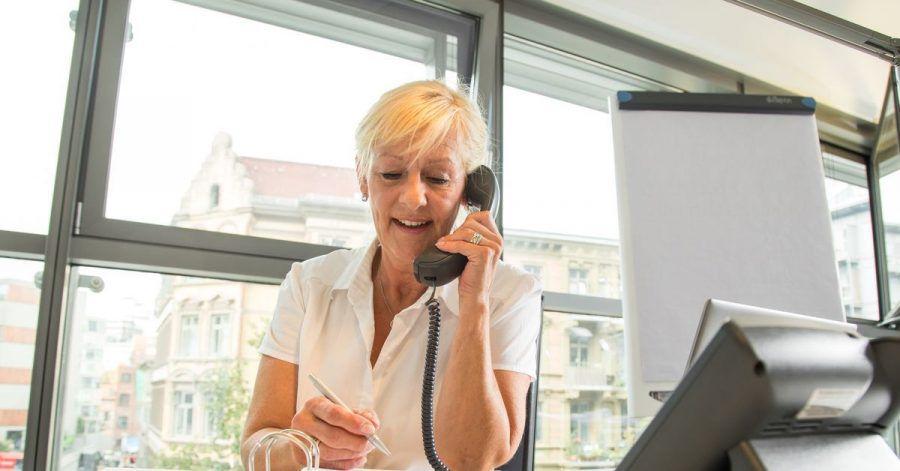 Der Arbeitgeber kann anordnen, dass Beschäftigte künftig auf Englisch kommunizieren sollen. Er muss dann gegebenenfalls aber entsprechende Schulungen anbieten.