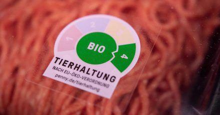 Fleisch mit der Haltungsformstufe 4 nimmt im Lebensmittelhandel bisher nur einen geringen Teil des Fleischangebots ein. Bei Kaufland, Lidl und Rewe soll das verkaufte Fleisch künftig mindestens aus der Haltungsformstufe 2 stammen.
