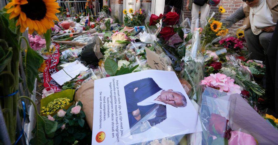 Menschen haben Bilder des Kriminalreporters und Blumen am Tatort niedergelegt.
