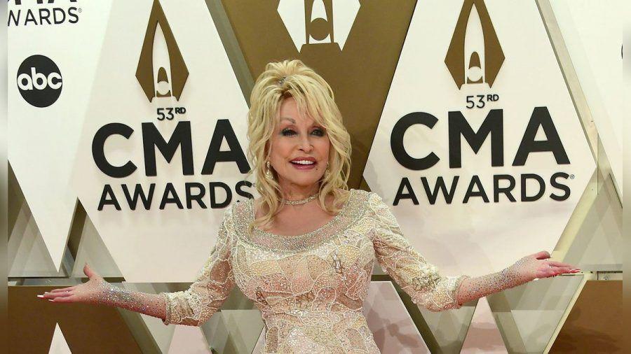 Dolly Parton bei den CMA Awards 2019 (eee/spot)
