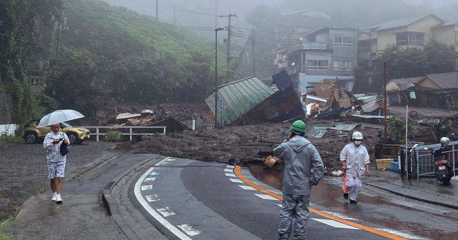 Schlamm, Geröll und Trümmern bedecken eine Straße im japanischen Atami. Eine Schlammlawine infolge schwerer Regenfälle hat in Japan mehrere Wohnhäuser zerstört.