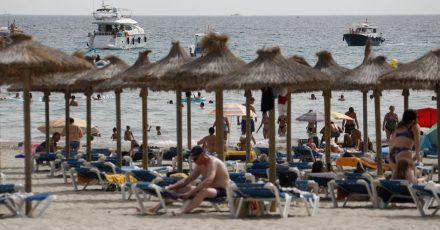 Touristen am Strand von Paguera. Spanien und die Niederlande sind seit Mitternacht als Corona-Hochinzidenzgebiete eingestuft.