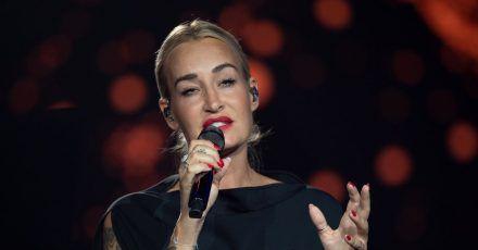 Die deutsche Sängerin Sarah Connor steht auf der Bühne der ARD-Benefizgala in Leipzig.