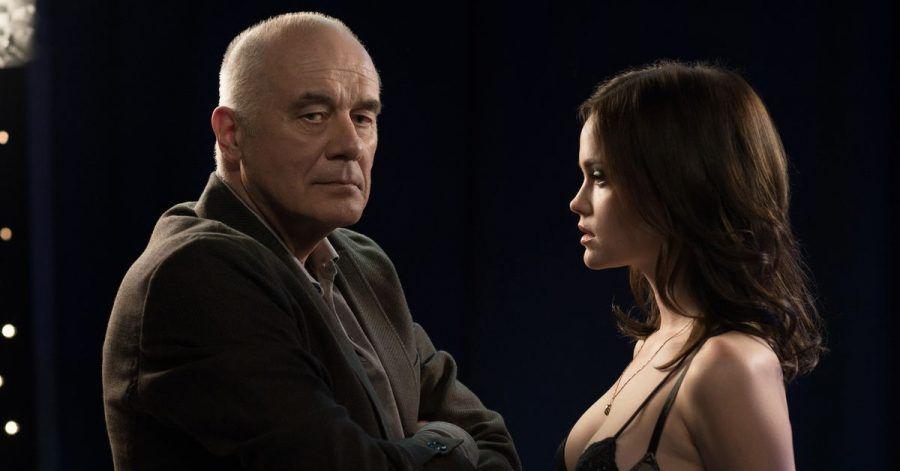 Professor Wall (Hanns Zischler) sucht eine ehemalige Studentin im Bordell auf und möchte die Prostituierte Aurelie (Emilia Schürle) überreden, ihr Studium wieder aufzunehmen.