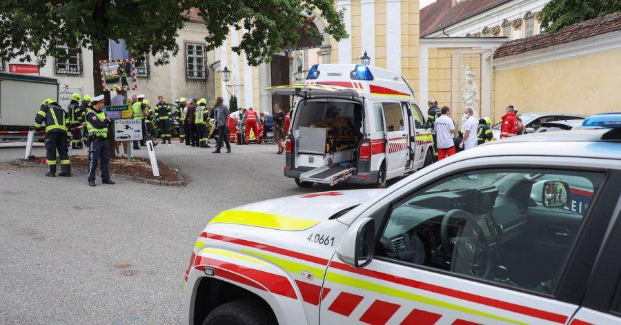Rettungskräfte arbeiten an einer Unfallstelle auf einem Wochenmarkt, nachdem ein 87-Jähriger Mann in einen Marktstand gefahren ist.