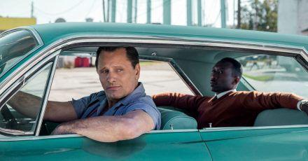 Der gefeierte Pianist Dr. Donald Shirley (Mahershala Ali, r) lässt sich vom Nachtklub-Türsteher Tony (Viggo Mortensen, l) im Cadillac DeVille chauffieren.