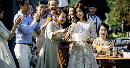 Ki Jung (Park So-dam, 3.v.r.) ist sehr beliebt in der Familie Park (Lee Sun-kyun, Cho Yeo-jeong).