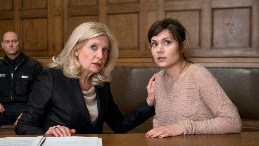 """""""Die Kanzlei: Mit harter Hand"""": Kann Isa von Brede (Sabine Postel, l.) die Unschuld von Yasmin Meckel (Sophie Dal) vor Gericht beweisen? (cg/spot)"""