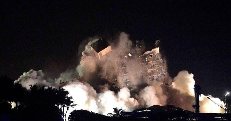 Die Gebäudereste des in Miami teilweise eingestürzten Wohnkomplexes sind kontrolliert gesprengt worden.