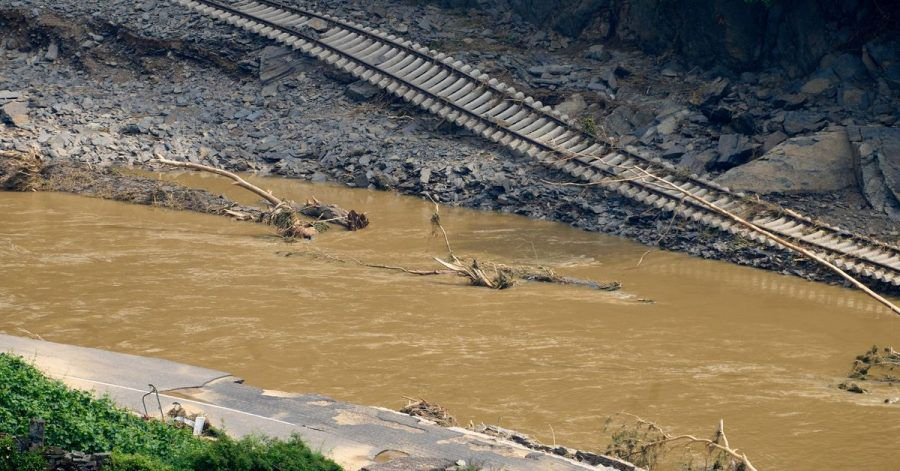 Die Bahnstrecke im Ortsteil Walporzheim ist unterspült. In den vom Unwetter betroffenen Gebieten halten die Aufräumungsarbeiten an.