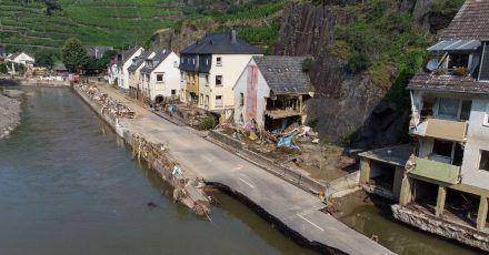 Die von der Flutwelle fortgerissene Dorfstraße in Mayschoß (Luftaufnahme mit einer Drohne). Zahlreiche Häuser in dem Ort wurden komplett zerstört oder stark beschädigt.