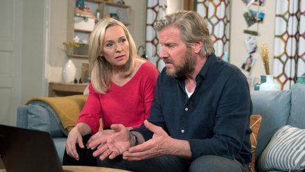 """Rote Rosen"": Jens und Mona entdecken, dass Andreas im Netz Ware aus Tatjanas Firma verkauft. (cg/spot)"
