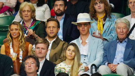 Benedict Cumberbatch (mit Hut) und Olly Murs (links daneben) in Wimbledon (smi/spot)