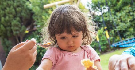 Wer seinen Kindern beibringen möchte, sich gesund und vielfältig zu ernähren, sollte nicht auf Verbote setzen, sondern auf gemeinsames Ausprobieren und das «Essen lernen nach Körpersignalen».