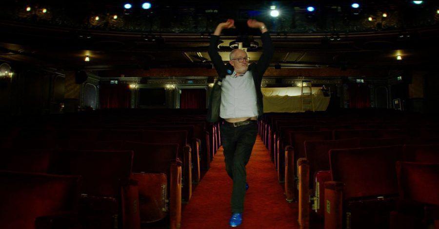 Schauspieler Jim Broadbent in dem Video des britischen National Health Service (NHS).