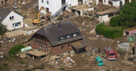 Rettungskräfte sind nach dem Hochwasser im Einsatz. Die Flut hat auch hier zahlreiche Häuser zerstört.