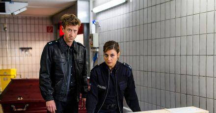 Henk Cassens (Maxim Mehmet) und Süher Özlügül (Sophie Dal) schauen sich im Krematorium um.