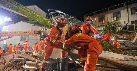 Ein Nebengebäude des Siji Kaiyuan Hotels westlich von Shanghai stürzte plötzlich ein.