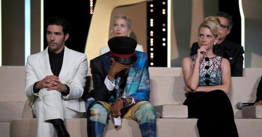 Mit gesenktem Haupt:Spike Lee, nachdem er versehentlich den Film «Titane» als Gewinner der Goldenen Palme bekannt gegeben hat.
