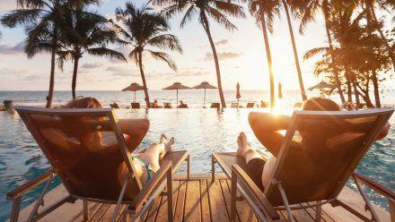 Entspannt am Pool des Hotels den Sonnenuntergang genießen: In Pauschalreisen ist das häufig inbegriffen. (elm/spot)