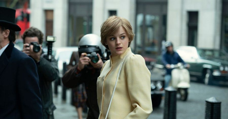 """Dieses von Netflix veröffentlichte Bild zeigt Emma Corrin in einer Szene aus der Serie """"The Crown""""."""