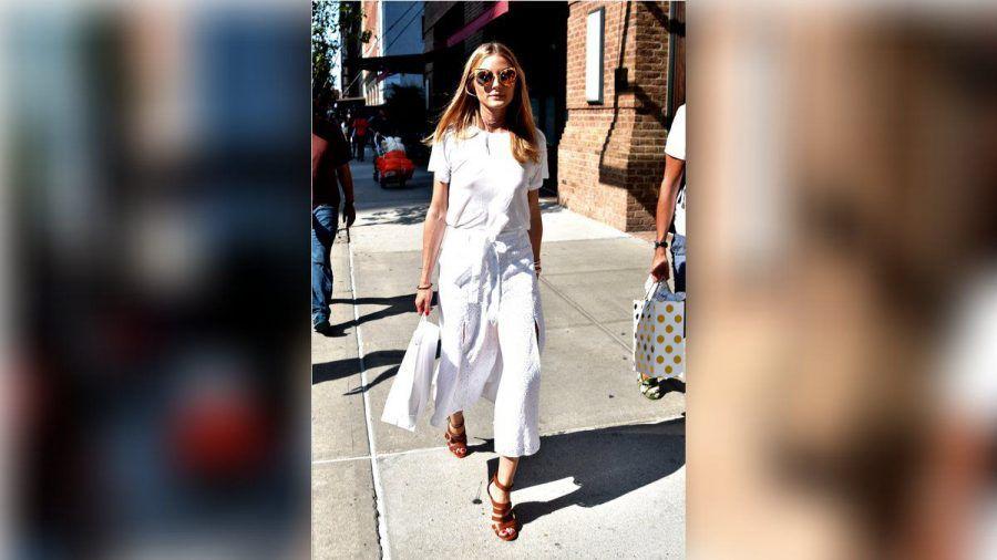 Model Olivia Palermo im sommerlichen Look mit offenen High Heels.  (nra/spot)