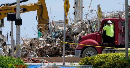 Ein Arbeiter wartet darauf, seinen Lastwagen mit Schutt aus den Trümmern des Champlain Towers South-Gebäudes zu beladen.
